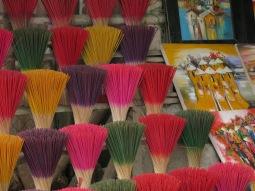 21 - Huè - incense vendor near Tu Duc Tomb