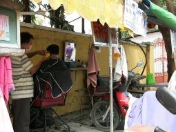 50 - Phnom Penh - Street barber shop!